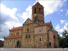 L'église Saints Pierre et Paul de Rosheim ,  Construite en grès jaune de Westhoffen, ce chef d'œuvre de l'art lombardo-rhénan roman a été construite au XIIème siècle. Le clocher, gothique, en grès rouge date du XIVème siècle.