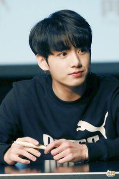 his stylis wanted to see how Jin's hair look on Jungkook. You did a good job dude Maknae Of Bts, Jungkook Oppa, Kim Namjoon, Foto Jungkook, Bts Bangtan Boy, Bts Boys, Seokjin, Hoseok, Busan