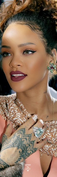 Essence of Beauty ' That Look 'Rihanna at Dior Fashion Show Rihanna Makeup, Rihanna Riri, Rihanna Nails, Rihanna Legs, Rihanna Lipstick, Fashion Show Makeup, Dior Fashion, Rihanna Fashion, Style Rihanna