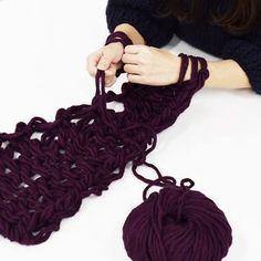 かぎ編み棒や針棒と言った道具が必要無いのが気軽に始められる理由の一つ。用意すればいいのは毛糸だけ。それなら始めたくなってきますよね?