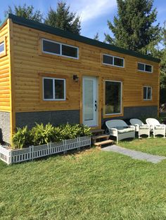 Tiny home is brand new. Has all high end finishes. Maple cabinets w/crown molding, quartz countertop, Mitsubishi A/C and heat, composting toilet that doesn't look like a space shuttle!  Stainless steel appliances and furniture is included. Trailer is a 28ft triple axle American made brand. Tons of storage. 13 windows so lots of natural…