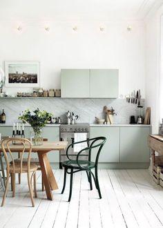 Parquet blanchi et cuisine vert amande