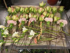 Alle blomstene til brudebukett med dråpeform. (Rose, Nellik, Fresia, Germini)