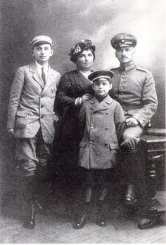 Weimar: Felix Nussbaum's family, 1915. From the left, Justus, Rahel, Felix and Philip.