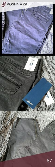 Nwt old navy cargo pants womens 14 regular New with tags Gray pigment dyed cargo pants by old navy Womens 14 regular Cargo pockets  Back button down pockets Side pockets 95% cotton 5 %spandex Old Navy Jeans Straight Leg