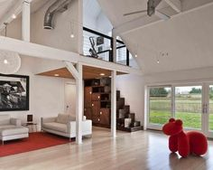 Loft com escada formando prateleiras.