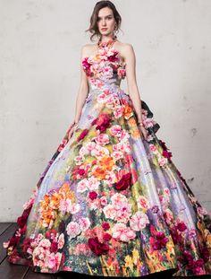 まるごとドレスを1着キャンバスに見立てて、柄をおこしたオリジナルプリントドレス。 ベースのラメジャガードの輝きにプリントの多色感があいまって作られる幻想的な色味の上にカラフルな花々を足して豪華に仕上げる。