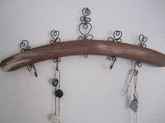 Cabide em madeira com arame para organizar jóias, bijuterias ou simplesmente para decoração.  Modelo pequeno com gancho para pendurar na parede/armário. R$ 35,00