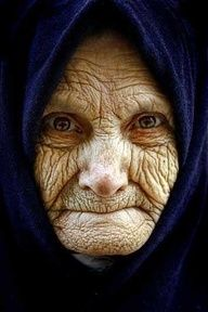Early Signs of Crows Feet and What to Do Crow's feet or laugh lines are wrinkles that form around the eyes. Try to smile, crinkling your eyes. These lines Old Faces, Many Faces, The Face, Foto Art, Interesting Faces, Short Hairstyles For Women, People Around The World, Belle Photo, Old Women