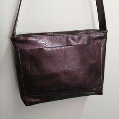 Rêves de Sacs sur Instagram: Commande terminée ! Adapté du modèle Alex (@patrons_sacotin), ce sac en cuir bordeaux (@cuirtex) au style vieilli possède de nombreuses…