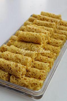 Roti Jala Yang Kekal Lembut Sampai Ke Petang (A Approve) Malaysian Cuisine, Malaysian Food, Nyonya Food, Malaysian Dessert, Pan Relleno, Malay Food, Singapore Food, Asian Desserts, Indonesian Food