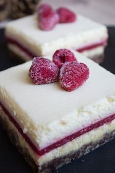 winter cheesecake slices with raspberries; perfect for the Christmas dessert or coffee gossip in the afternoon The post winter cheesecake slices with raspberries; perfect for the Christmas dinner appeared first on Win Dessert. Fall Desserts, Christmas Desserts, No Bake Desserts, Christmas Cheesecake, Christmas Coffee, Easy Smoothie Recipes, Snack Recipes, Bon Dessert, Coffee Dessert