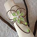 Rond de serviette vert et blanc fleur sur fil aluminium de l'album Accessoires déco