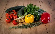 Hagyma vitamin – és ásványi anyag tartalma, valamint a benne található illóolajok rendkívül jótékonyan hatnak a szervezetre. Healthy Fruits And Vegetables, Organic Vegetables, Roasted Vegetables, Plant Based Nutrition, Plant Based Diet, What Is Crop, Fast Food, Detox Tips, Vegetable Garden Design