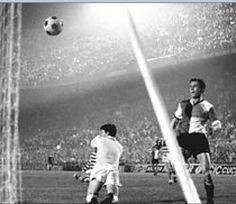 Feyenoord wint in Milaan de Europacup 1 in de finale tegen Celtic door een doelpunt van Ove Kindvall.