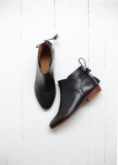 Sezane new winter collection - Women Shoes Zapatos Shoes, Shoes Heels, Sneaker Boots, Bootie Boots, Swing Dance Shoes, Look 2018, Low Boots, Black Boots, Chelsea Ankle Boots