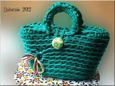 Bolsos de Trapillo Bag Crochet, Crochet Fabric, Fabric Yarn, Crochet Doll Pattern, Crochet Purses, Cute Crochet, Crochet Dolls, Pinterest Crochet, Latest Fashion For Girls