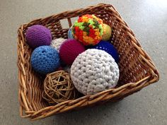 A basket of balls - different sizes, colors and textures Quiet Time Activities, Sensory Activities, Infant Activities, Baby Sensory, Sensory Play, Treasure Basket, Treasure Boxes, Montessori Baby, Montessori Education