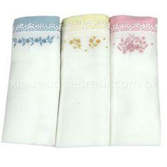 Conjunto de três fraldas bordadas manualmente. Fralda para bebê, Cremer Luxo, em tecido 100% algodão. Barra em tecido fustão nas cores rosa, azul e amarela. Bordado manual flores. Cada pacote vem com três fraldas. Produto artesanal. Tecido da barra e pontos/cores dos bordados podem variar.