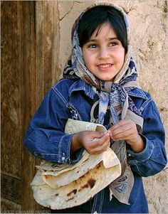 A Persian (Iranian) girl and her bread-bread supplier of the family. Kids Around The World, We Are The World, People Around The World, Beautiful Children, Beautiful People, Beautiful Babies, Gorgeous Women, Kind Photo, Persian People