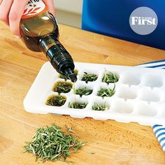 We never thought it could be so easy to keep fresh herbs ready-to-cook, but this tip proved us wrong!