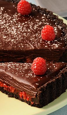 raspberry chocolate tart - Want to make something really cool that is also quick and easy? This tart beautifully pairs two classic partners – chocolate and raspberries – to make a very fetching dessert. A simple and easy way to make a classic dessert Just Desserts, Delicious Desserts, Yummy Food, Healthy Desserts, Chocolate Desserts, Raspberry Chocolate, Chocolate Cake, Chocolate Chips, Pie Dessert