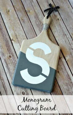 paint my cutting board! DIY Monogram Cutting Board - View From The Fridge Crafts To Do, Decor Crafts, Wood Crafts, Easy Crafts, Craft Tutorials, Craft Projects, Craft Ideas, Diy Ideas, Homemade Gifts