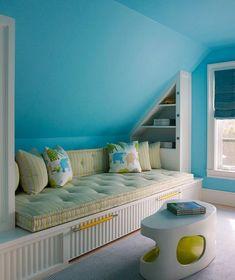 1. Голубая гостиная с грамотно организованными системами хранения