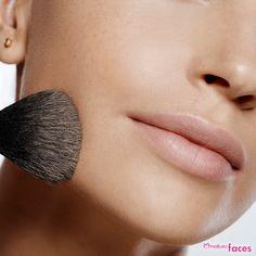 Não deixe de passar pó compacto. Ele ajuda a fixar a maquiagem, uniformiza o tom da pele e deixa um aspecto aveludado. #dica #maquiagem