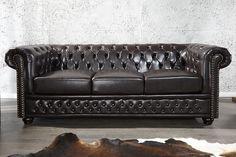 Dieses klassische Chesterfield 3-Sitzer Sofa aus hochwertigem Kunstleder in dark coffee wird Sie begeistern! Typisch für dieses Sofa sind die gebogenen Armlehnen und die mit Knöpfen verzierte Lehnenfläche, sowie der Nietenbesatz. Bequem aufgrund der sehr großzügigen Polsterung! Ein Highlight in Ihrem Ambiente und für Liebhaber des englischen Stils!