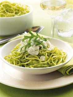 Espaguetis al pesto con queso fresco
