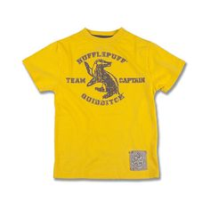 Hufflepuff™ Team Captain Youth T-Shirt | Universal Orlando™ (78 BRL) ❤ liked on Polyvore featuring harry potter