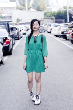 white-classic-1460-dr-martens-boots-green-chiffon-forever-21-dress_400.jpg (400×600)