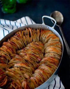 こちらはスライスしたジャガイモを焼いたもの。このような焼き皿にきれいに並べられたスタイルが一般的。