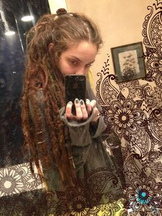 i love dreads that are loose on top. Bohemian Hairstyles, Dreadlock Hairstyles, Retro Hairstyles, Messy Hairstyles, Pretty Dreads, Beautiful Dreadlocks, White Dreads, Dread Braids, Curly Hair Styles