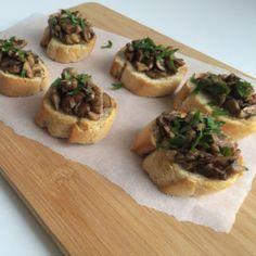 Bruchetta met paddenstoelen en geroosterde knoflook Bruchetta, Tostadas, Tacos, Vegan Recipes, Vegan Food, Baked Potato, Camembert Cheese, Appetizers, Potatoes