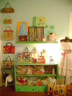 Great idea for decorating with vintage purses!  http://offbeathome.com/