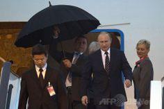 中国の上海(Shanghai)に到着したロシアのウラジーミル・プーチン(Vladimir Putin)大統領(右から2人目)と、プーチン氏に傘をさしかける警護官(左から2人目、2014年5月20日撮影)。(c)AFP/Ng Han Guan ▼21May2014AFP|上海で中露首脳会談、合同軍事演習も 天然ガス交渉は妥結せず http://www.afpbb.com/articles/-/3015448 #Vladimir_Putin #Shanghai