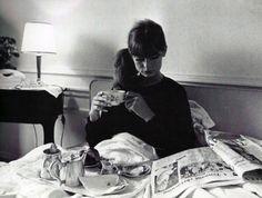 Jean Shrimpton enjoys breakfast in bed…