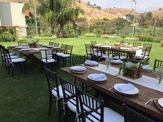 Montaje muy origina para boda. Mesa rectangular con sillas tiffany color nogal. Plato base de madera.