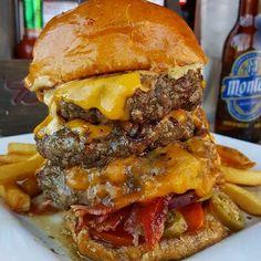 i've never met a burger quite like you #foooodieee #burgerheaven #stacked #jalapeño #socheesy #saycheese #meaty #bae #heaven #nodiettoday #dietstartstomorrow #stuffed PC: @quake89 by foooodieee