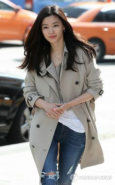 Jeon Ji Hyun x cute trench coat Korean Actresses, Asian Actors, Korean Actors, Asian Fashion, Look Fashion, Fashion Outfits, Korean Beauty, Asian Beauty, Asian Woman