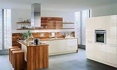Küchenzeile und Gerätehochschränke in Hochglanz Magnolie mit Hängeschränken und Theke aus Mandelholz