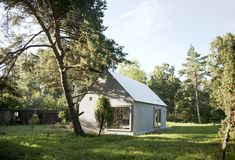Architectural practice DinellJohansson created the Hamra House in Gotland, Sweden. The architects aimed to build a simple home as one open space with a large. Vernacular Architecture, Interior Architecture, Cabana, Small Summer House, Sweden House, Simple House, Beautiful Homes, Building A House, Sweet Home