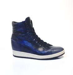 22a9788e092 Damessneaker met metallic snakeprintje. En met stijve enkelkoker, zo goed  als onzichtbaar!