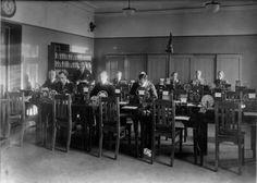 Helsinki lennätinkonttori, morsesali: vasemmalta Alfred Paroll, Eino Snellman, F. Jungell, E. Skogberg, Antero Kajaste, Arvi Murtokari, Ester Widenius, E. Martelin ja A. Haaksi (Ruuskanen). Helsinki, Pohjoinen Makasiinikatu 9, vuosi 1925. // Telegraph office in Helsinki in 1925.