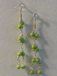 4fa88806d193 Creacioneszaiwill Arete hecho con alambre y piedras semi precisas de color  verde. Aretes largos Diseñados