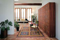 ダイニングからキッチンを望む。RIVAの収納家具。