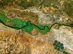 Entre Namibie et Angola - Photo du fleuve Okavango, qui constitue la frontière naturelle entre le nord de la Namibie et le sud de l'Angola.  ((ASE))