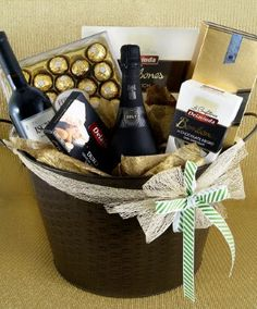 Birthday Basket Ideas for Husband Homemade Gifts, Diy Gifts, Leaving Gifts, Diy Cadeau, Wine Gift Baskets, Christmas Baskets, Candy Bouquet, Gift Hampers, Birthday Diy